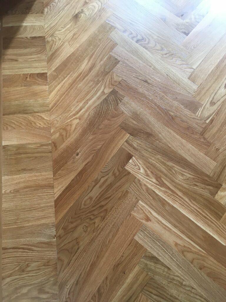 detail dřevěné podlahy, dubové vlysy, přechod vzoru