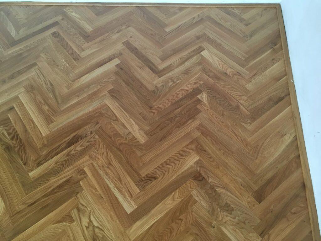 detail nové masivní dřevěné podlahy